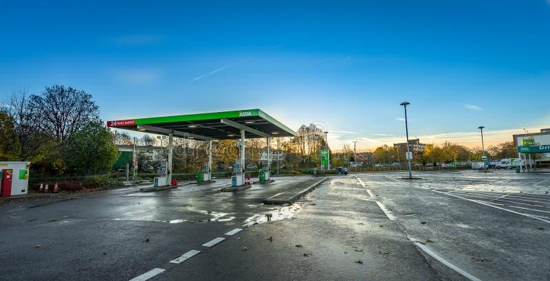 STEVENAGE, ANGLETERRE 16 NOVEMBRE 2016 : Station-service d'Asda au lever de soleil Asda est la deuxième plus grand chaîne BRITANN photos stock