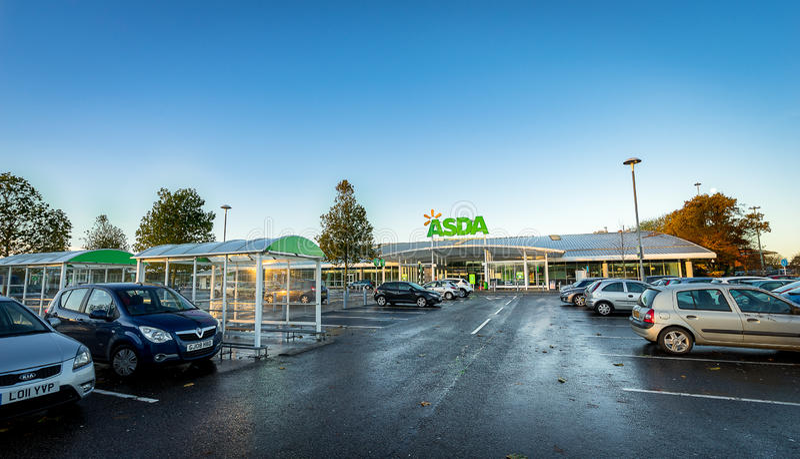 STEVENAGE, HET UK - 16 NOVEMBER; 2016: De buitenkant van Asdasuperstore Asda is het UK ` s tweede - grootste ketting door marktaa stock afbeelding