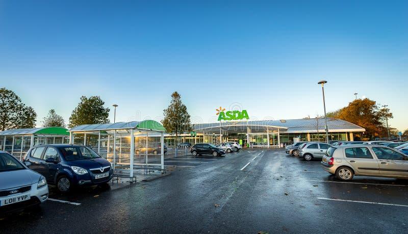 STEVENAGE UK - NOVEMBER 16; 2016: Asda stormarknadyttersida Asda är den största kedjan för UK-` s i andra hand - vid marknadsande fotografering för bildbyråer