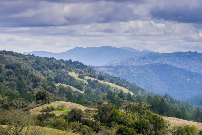 Stevens Creek-vallei; Santa Cruz-bergen op de achtergrond, de baaigebied van San Francisco, Californië stock afbeeldingen
