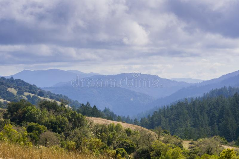 Stevens Creek-vallei; Santa Cruz-bergen op de achtergrond, de baaigebied van San Francisco, Californië royalty-vrije stock fotografie