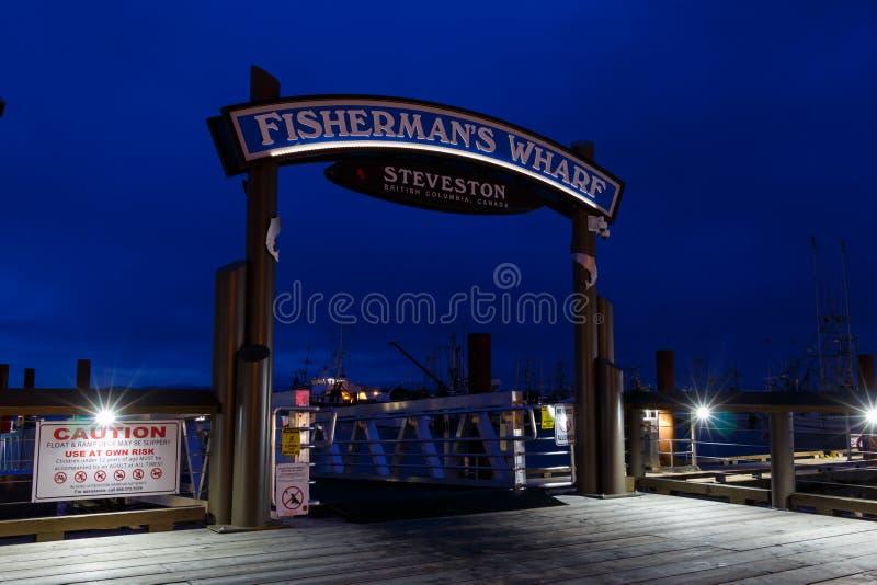 Steveston,加拿大- 2019年3月:渔人码头标志在晚上 免版税库存图片