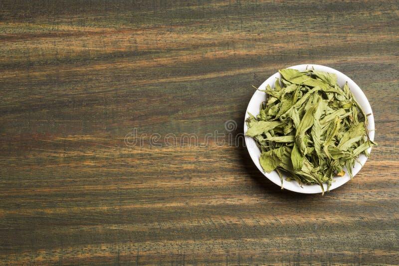 Stevia suszący liście - Stevia rebaudiana Drewniany tło obrazy royalty free