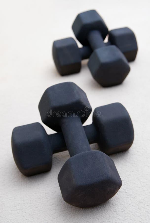 Stevige zwarte gewichten die in een gymnastiek worden gestapeld stock foto's