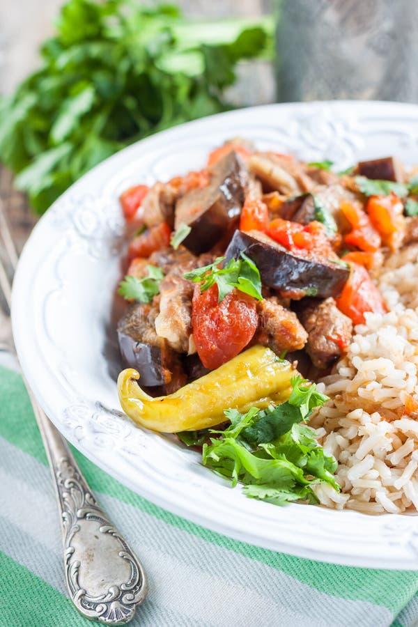 Stew αρνιών με τη μελιτζάνα, τα λαχανικά και το ρύζι στοκ εικόνα με δικαίωμα ελεύθερης χρήσης