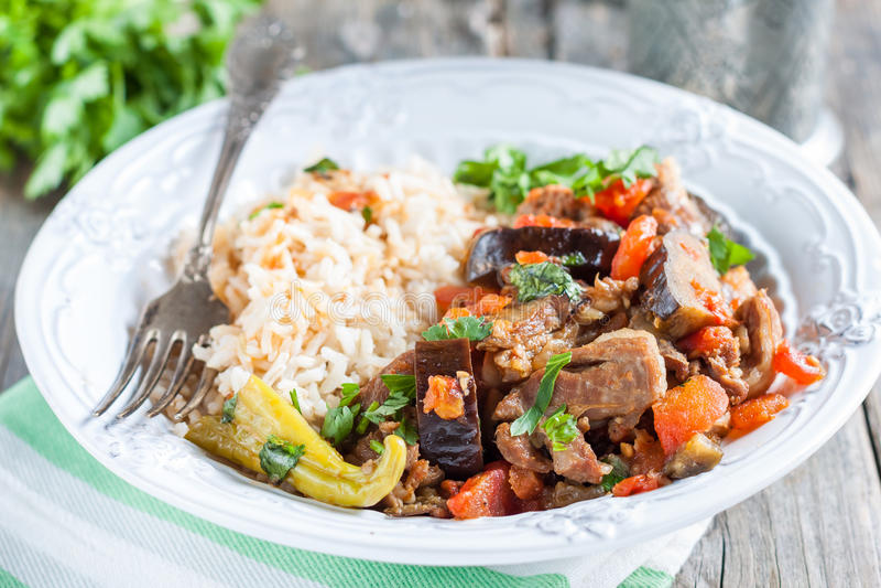 Stew αρνιών με τη μελιτζάνα, τα λαχανικά και το ρύζι στοκ εικόνα