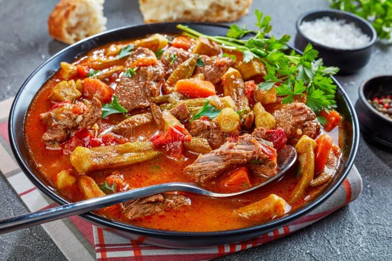 Stew βόειου κρέατος και Okra σε ένα κύπελλο στοκ εικόνες
