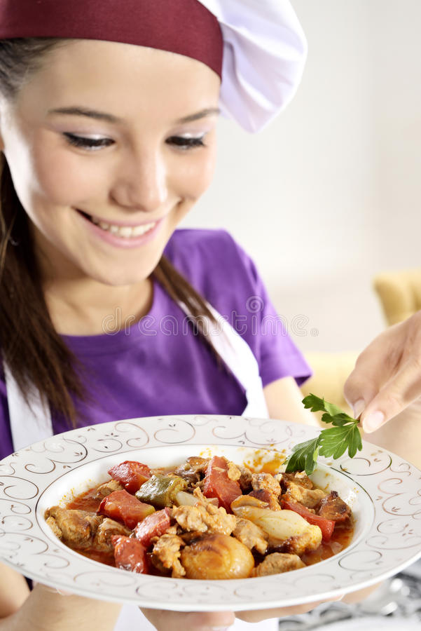 Stew βόειου κρέατος με τη σαλάτα τηγανιτών πατατών στοκ φωτογραφία