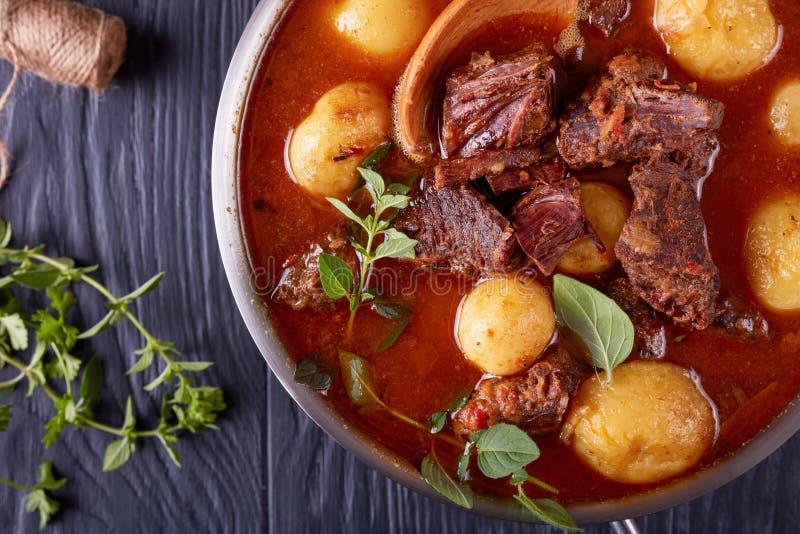 Stew βόειου κρέατος με τους τρυφερούς κύβους του κρέατος στοκ φωτογραφία