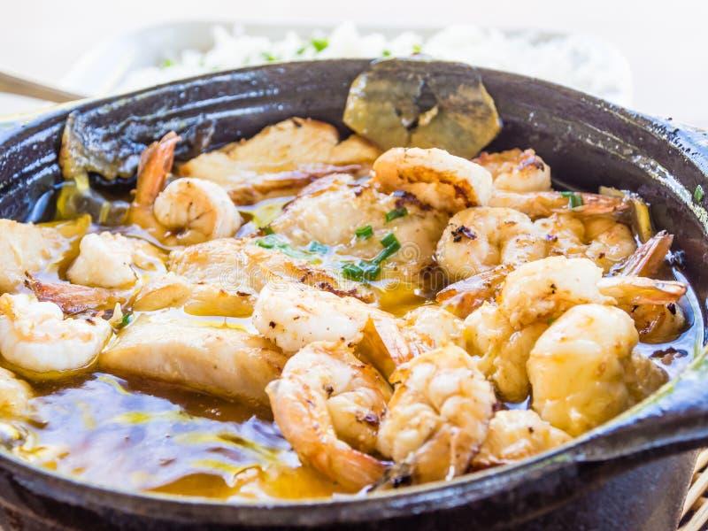 Stew γαρίδων και ρυζιού, χαρακτηριστικά βραζιλιάνα τρόφιμα στοκ εικόνες