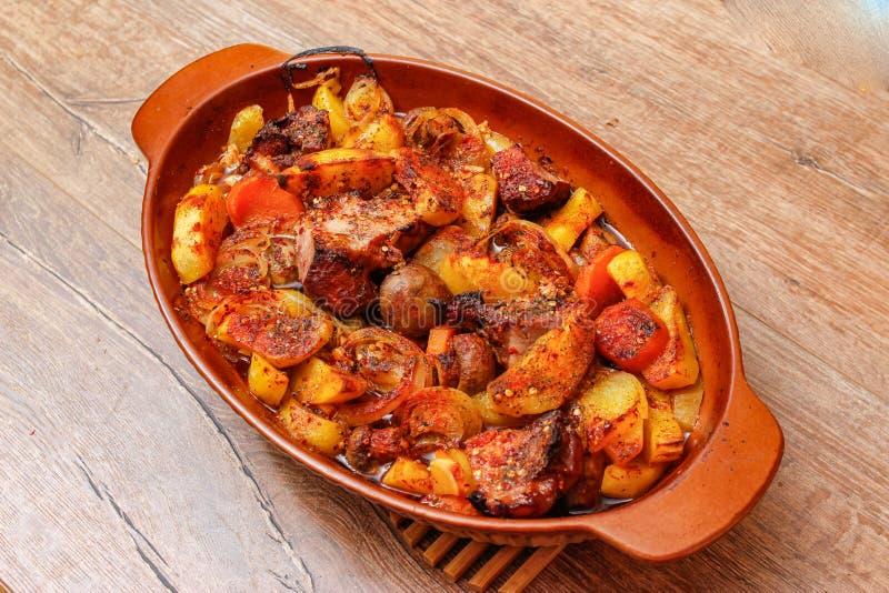 Stew με το σπιτικό καπνισμένο κρέας και λαχανικά στο κεραμικό κύπελλο στοκ εικόνες