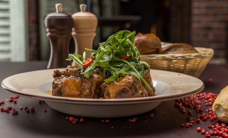 Stew ουρών βόειου κρέατος με το κρασί και τα λαχανικά στοκ φωτογραφία