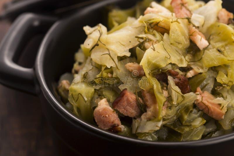 Stew του άσπρου λάχανου και του μπέϊκον στοκ εικόνα