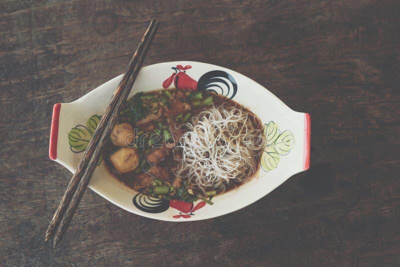 Αργό σαφές νουντλς βόειου κρέατος με stew σούπας σφαιρών κρέατος στοκ εικόνα