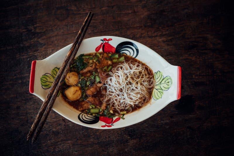 Αργό σαφές νουντλς βόειου κρέατος με stew σούπας σφαιρών κρέατος στοκ εικόνες με δικαίωμα ελεύθερης χρήσης
