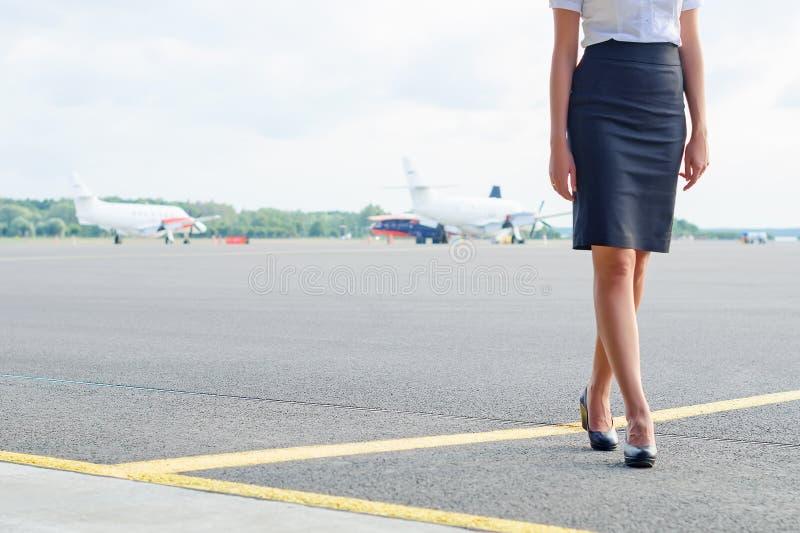Stewardesa na lotnisku zdjęcie royalty free