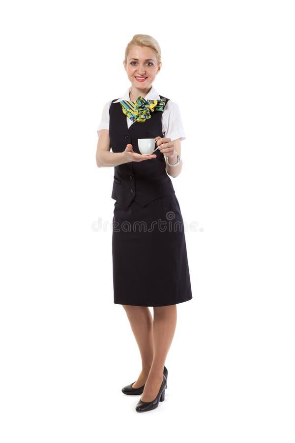 Stewardess bietet einen Tasse Kaffee an stockfotos