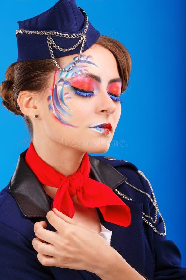 Stewardess med framsidakonst Stående arkivfoto