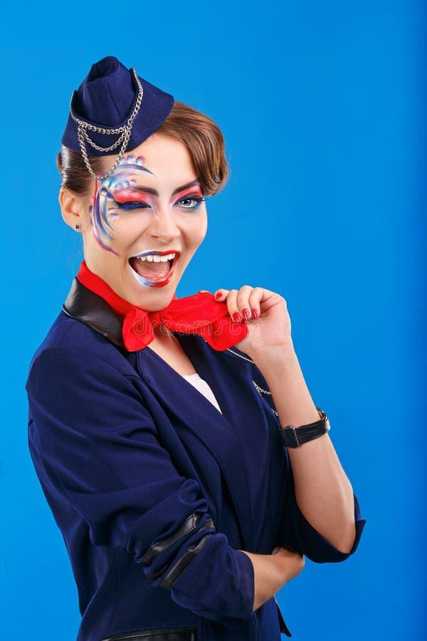 Stewardess mit Gesichtskunst Winks stockfotos