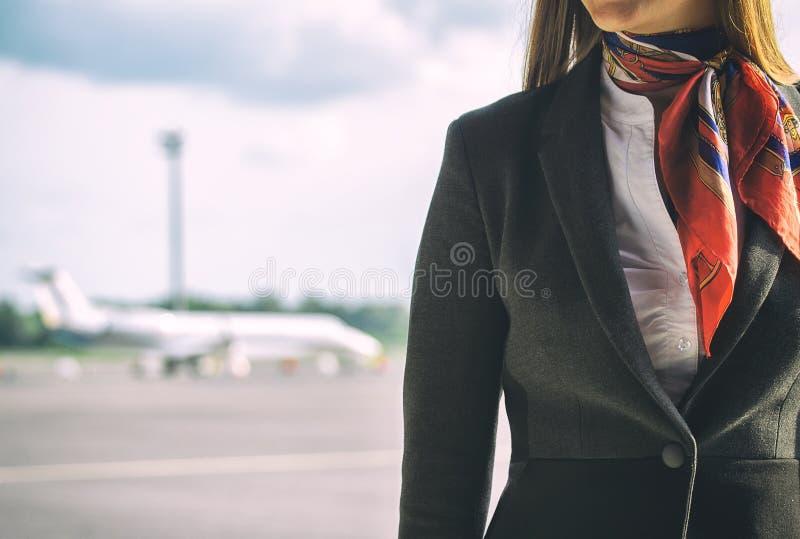 Stewardess op het vliegveld royalty-vrije stock foto