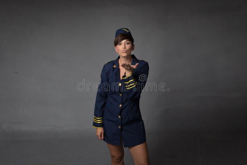 Stewardess som blåser kyssar arkivfoton