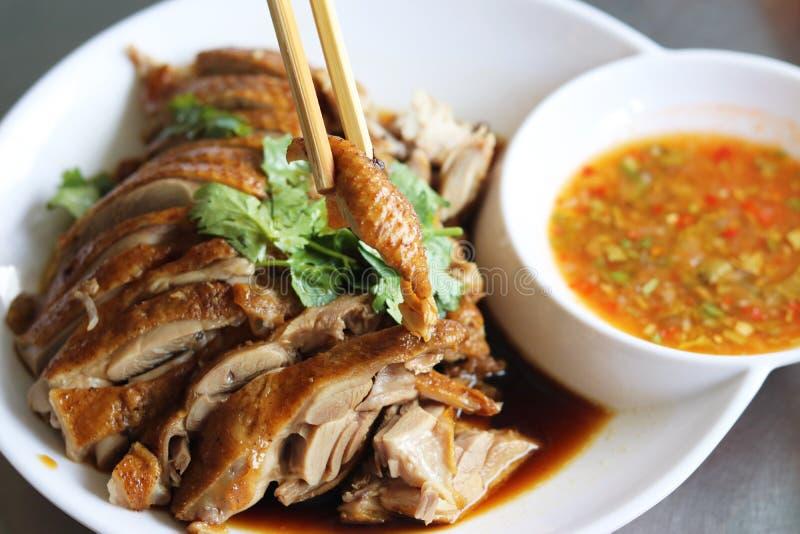 Stewed kaczka z chili kumberlandem na bielu talerzu w lokalnej restauracji Tajlandia zdjęcia royalty free