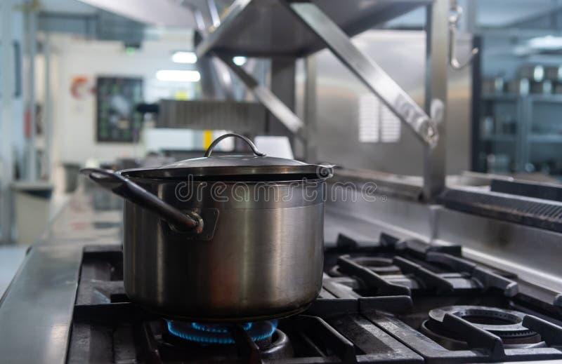 Stewpot dostaje gotujący na kuchence obrazy stock