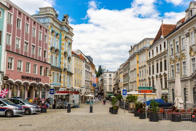 Steyr, Austria - 10 luglio 2019: Costruzioni variopinte nel centro urbano di Steyer fotografie stock