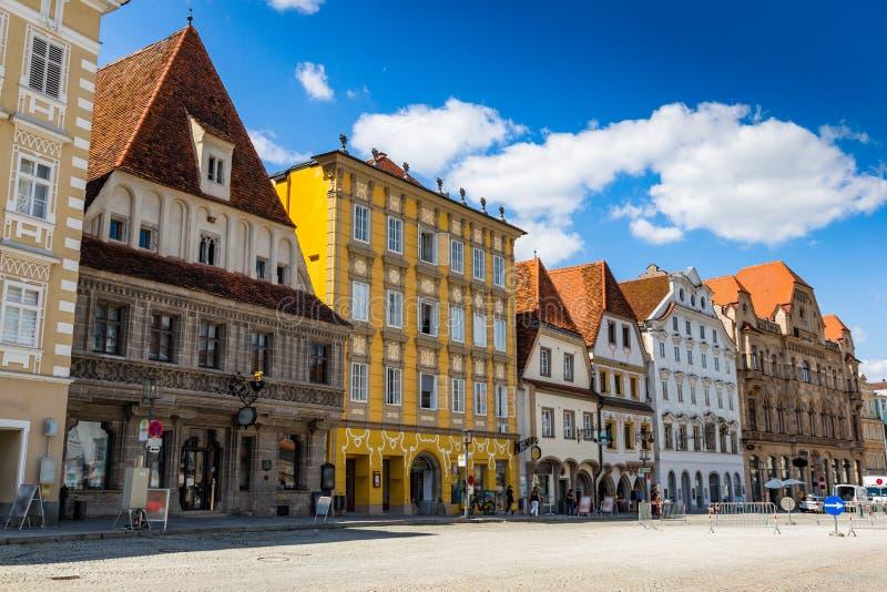 Steyr, Oostenrijk - Juli 10, 2019: Kleurrijke gebouwen in Steyer-stadscentrum royalty-vrije stock foto