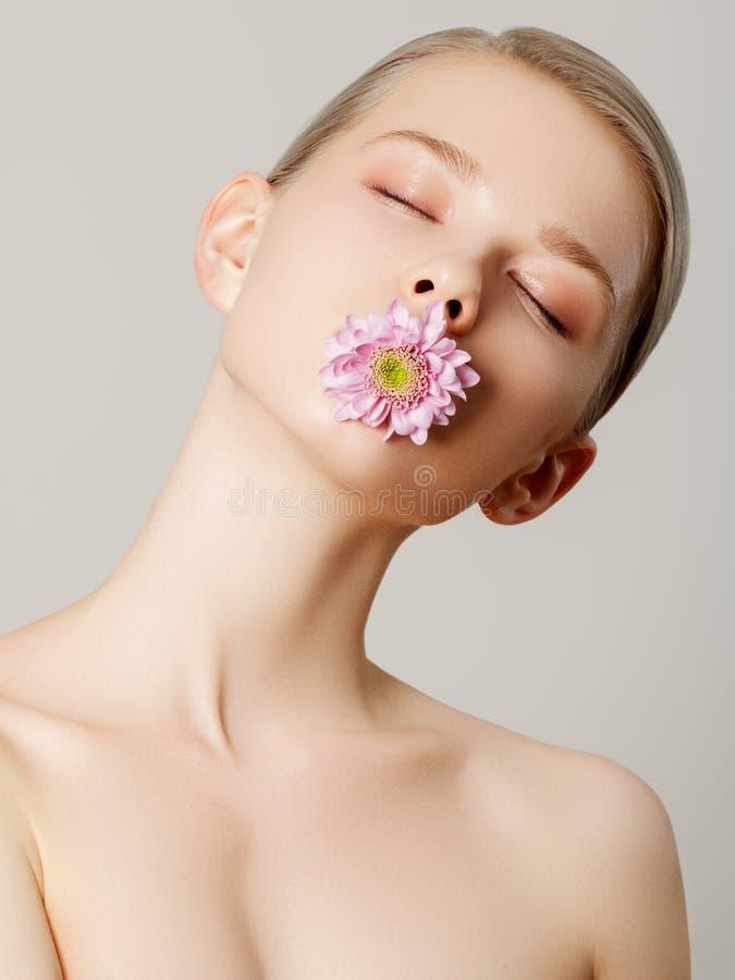 ?sthetischer Cosmetology gelbes und gr?nes Konzept Schönheits-Sommermodellmädchen mit bunten Blumen Schöne Dame mit dem Blühen stockfotografie