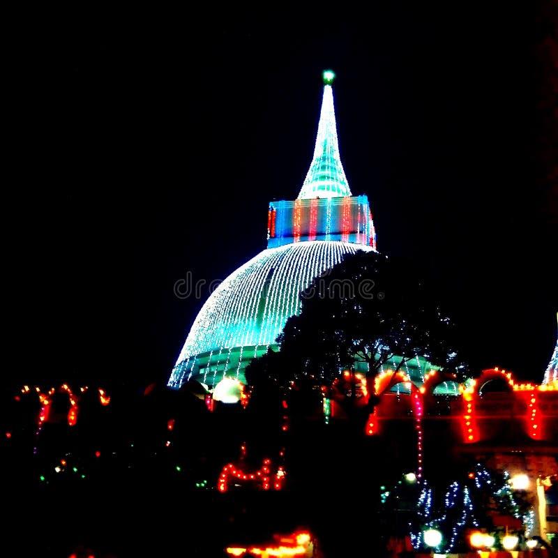 Sthupa härlig blixtnatt på wesakpoyadagen royaltyfria bilder