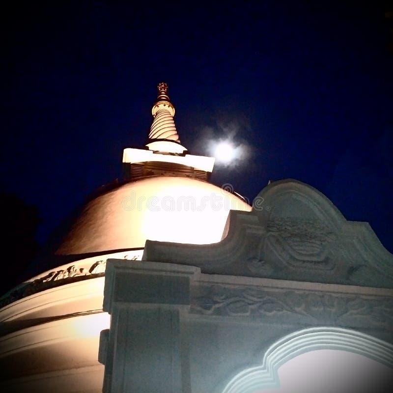 Sthupa i tempel på natten, fullmånePoya dag royaltyfria foton