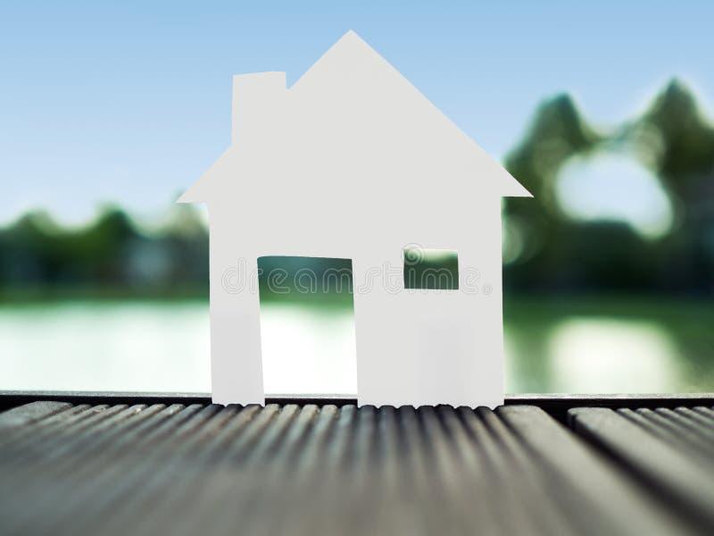 Stia la casa di carta sola nel parco, risparmi i soldi per il concetto futuro del bene immobile immagine stock libera da diritti