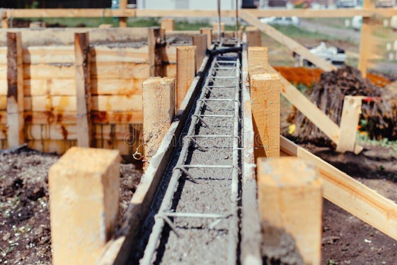 Stichtingsplaats van de nieuwe bouw - bouwnijverheidsdetails, cement en de concrete bouw royalty-vrije stock afbeelding