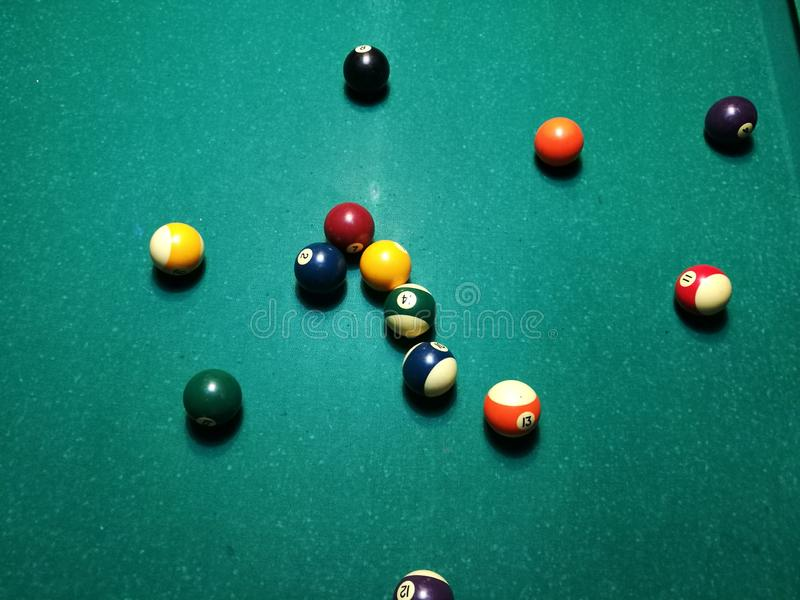 Stichwortzielbillard-Snookerpyramide auf grüner Tabelle Ein Satz Snooker/Poolbälle auf Billardtabelle lizenzfreie stockbilder