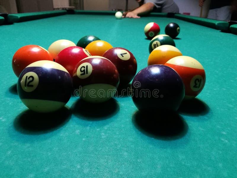 Stichwortzielbillard-Snookerpyramide auf grüner Tabelle Ein Satz Snooker/Poolbälle auf Billardtabelle stockfotos