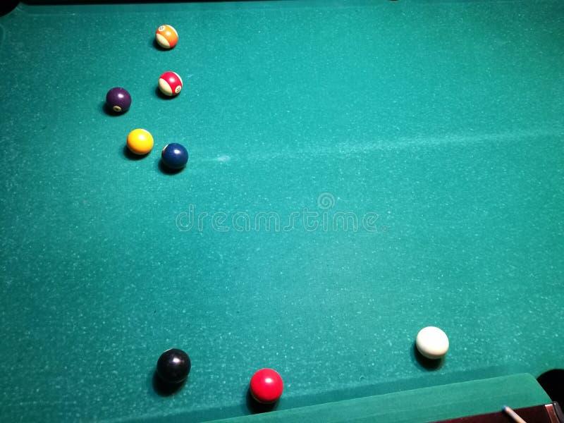 Stichwortzielbillard-Snookerpyramide auf grüner Tabelle Ein Satz Snooker/Poolbälle auf Billardtabelle stockbilder