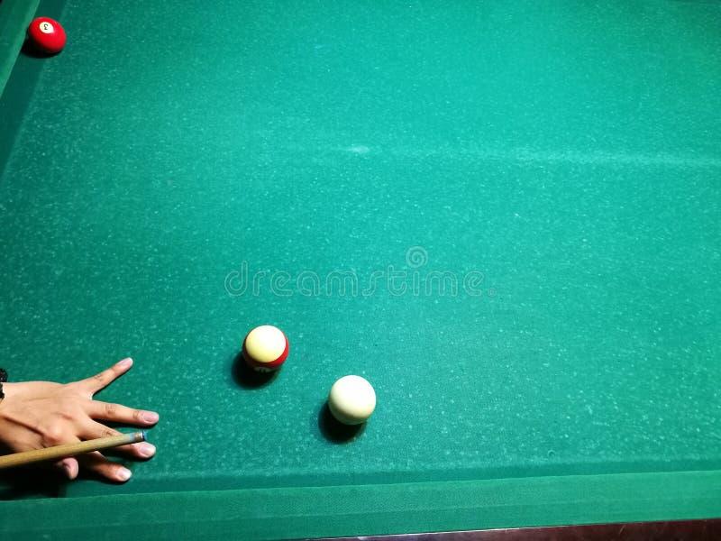 Stichwortzielbillard-Snookerpyramide auf grüner Tabelle Ein Satz Snooker/Poolbälle auf Billardtabelle lizenzfreies stockfoto