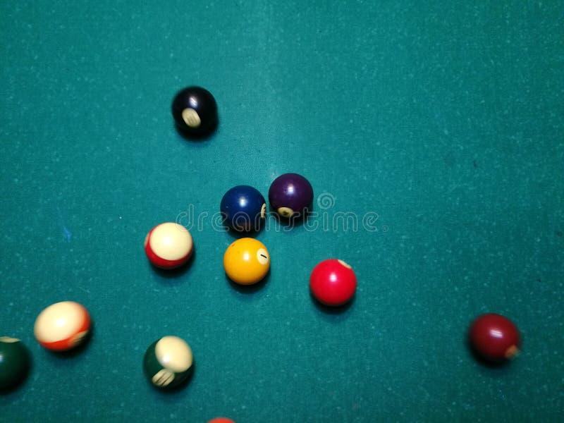 Stichwortzielbillard-Snookerpyramide auf grüner Tabelle Ein Satz Snooker/Poolbälle auf Billardtabelle lizenzfreie stockfotos