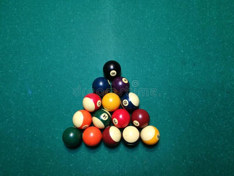 Stichwortzielbillard-Snookerpyramide auf grüner Tabelle Ein Satz Snooker/Poolbälle auf Billardtabelle lizenzfreies stockbild
