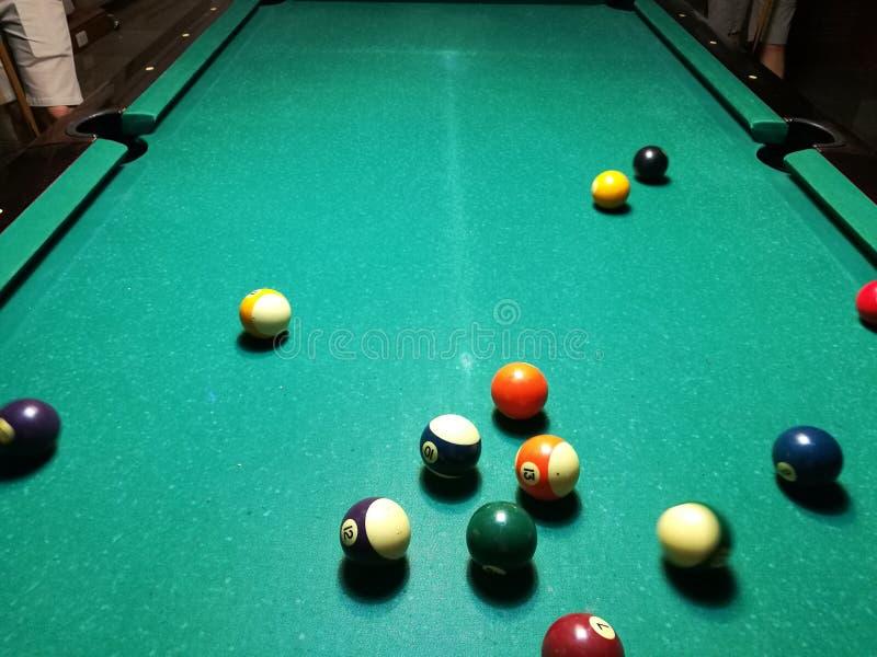 Stichwortzielbillard-Snookerpyramide auf grüner Tabelle Ein Satz Snooker/Poolbälle auf Billardtabelle lizenzfreie stockfotografie