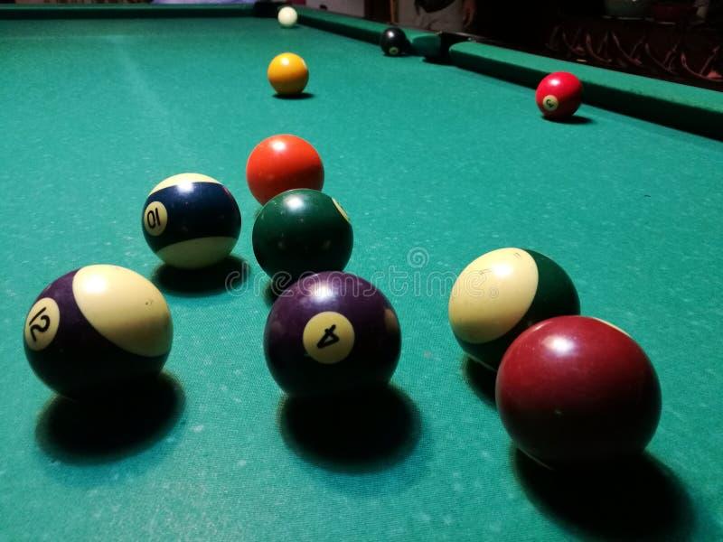 Stichwortzielbillard-Snookerpyramide auf grüner Tabelle Ein Satz Snooker/Poolbälle auf Billardtabelle stockfoto
