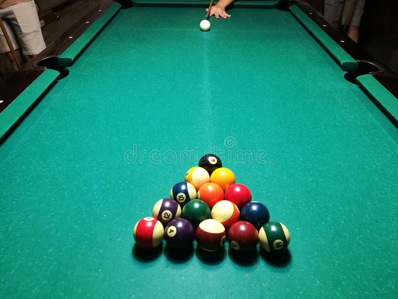 Stichwortzielbillard-Snookerpyramide auf grüner Tabelle Ein Satz Snooker/Poolbälle auf Billardtabelle stockfotografie