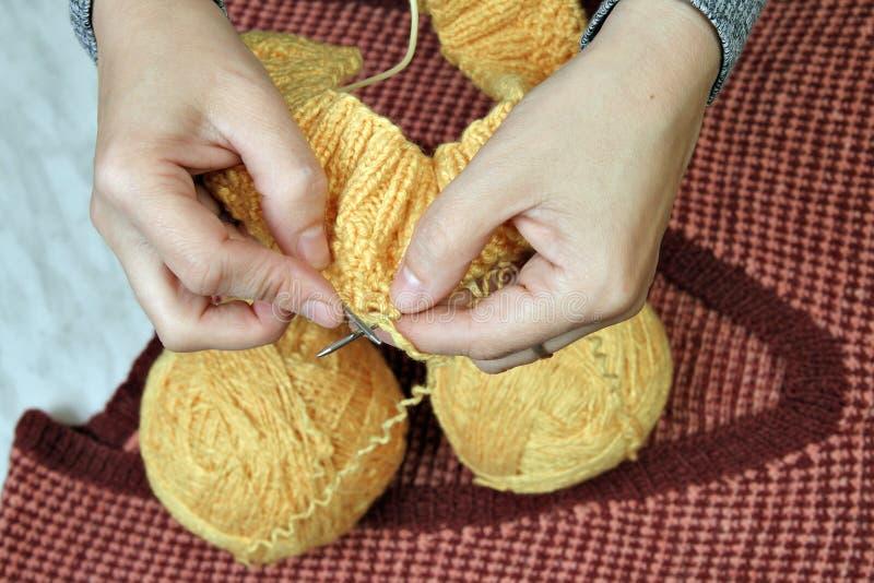 Sticka woolen kläder med eker arkivbilder