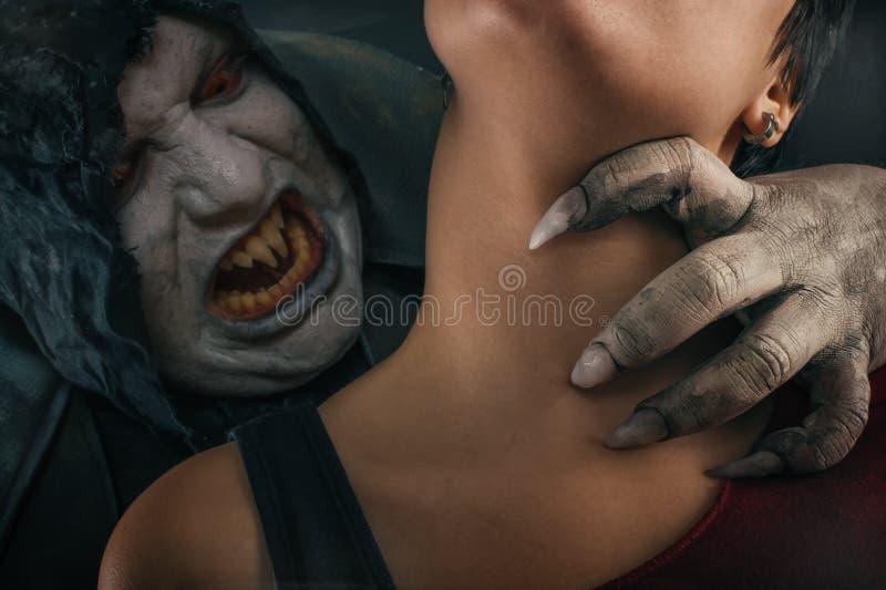 Stickande ung kvinna för läskig vampyrjäkel Medeltida gotiskt nightmar royaltyfri foto