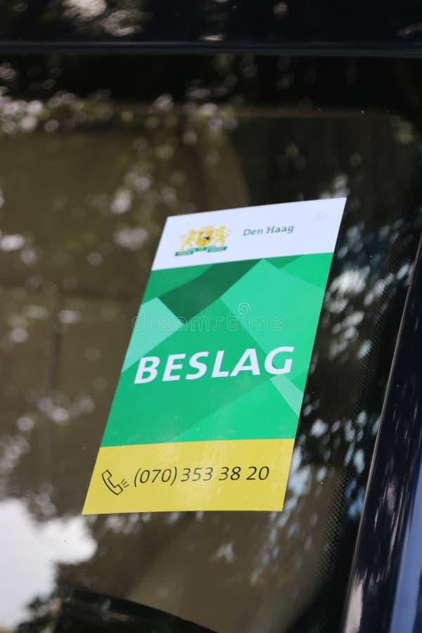 Sticker op voorvenster van een auto van de gemeente van Den Haag The Hague dat de auto in bewaring zal worden genomen stock fotografie