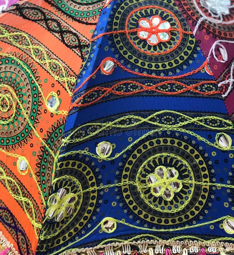 Stickerei auf buntem Gewebe auf afrikanischem Ostregenschirm stockfotos