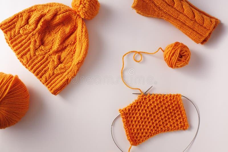 Stickor med orange garn arkivfoto