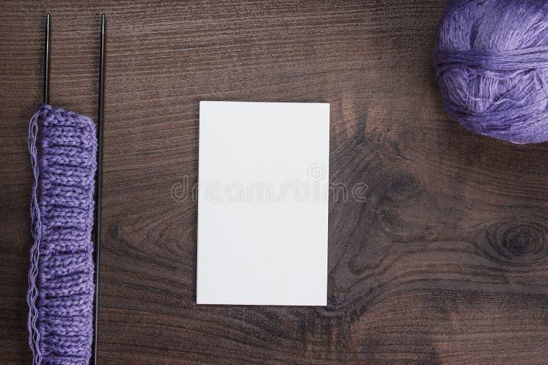 Stickor och tom anteckningsbok på tabellen arkivbilder