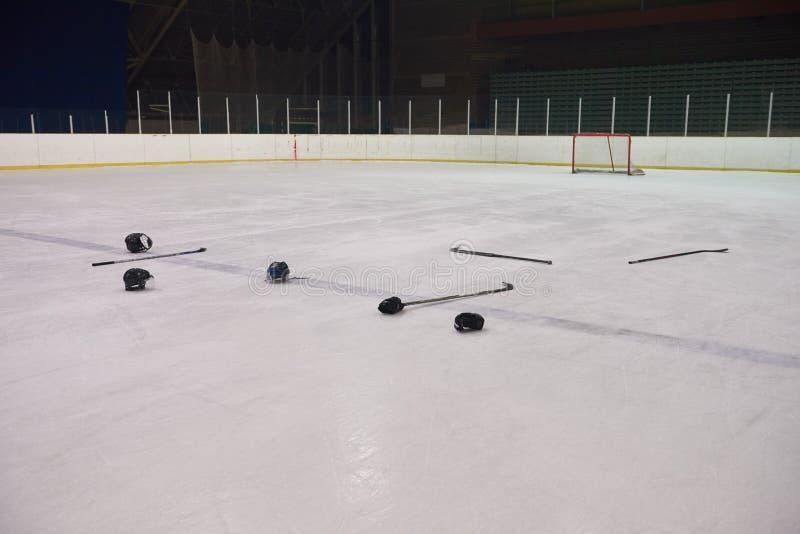 Sticsk y duende malicioso del hockey en el hielo imagen de archivo libre de regalías